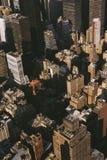 New York byggnader från ovannämnt med mörka skuggor, sikt från byggnad för väldetillstånd arkivbilder