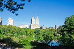 New York, Central Park: stagno, riflessioni e San Remo Building il 14 settembre 2014 Immagini Stock