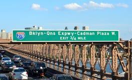 NEW YORK CICars che accelera sul ponte di Brooklyn da Manhattan a Brooklyn Fotografia Stock Libera da Diritti