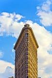 Fachada da construção de Flatiron com a estátua do ferro do homem no Foto de Stock
