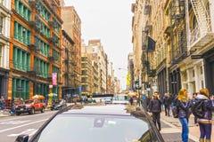 New York City Amerikas förenta stater - Maj 02, 2016: De gamla bostads- byggnaderna med trappa för brandflykt i Soho Arkivbild