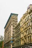 New York City Amerikas förenta stater - Maj 02, 2016: De gamla bostads- byggnaderna med trappa för brandflykt i Soho Fotografering för Bildbyråer