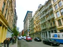 New York City Amerikas förenta stater - Maj 02, 2016: De gamla bostads- byggnaderna med trappa för brandflykt i Soho Arkivfoton