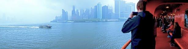 New York City Amerikas förenta stater - Maj 03,2016: New York City med färjor och nivåer från hamn Royaltyfri Bild