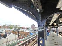 New York City Amerikas förenta stater - Maj 02, 2016: Station för Brighton Beach MTA-gångtunnel på en dag för vinter` s arkivfoto