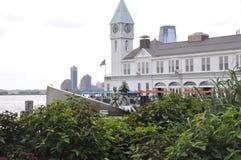 New York City, am 2. August: Pier ein Hafen-Haus vom Batterie-Park im Lower Manhattan New York City stockbild