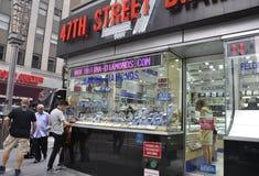 New York City august 3rd: Diamond Center fönster från Manhattan i New York Arkivfoton