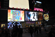 New York City, am 3. August: Times Square, das bis zum Nacht in Manhattan in New York City annonciert stockfotografie