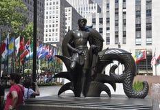 New York City Augusti 2nd: Fäll ned den Rockefeller Plazastatyn från Manhattan i New York City royaltyfria foton