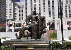 New York City Augusti 2nd: Fäll ned den Rockefeller Plazastatyn från Manhattan i New York City royaltyfri fotografi