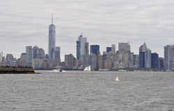 New York City Augusti 3rd: Manhattan panorama från Hudson River på solnedgången i New York City Royaltyfria Bilder