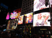 New York City Augusti 3.: Times Square som annonserar vid natt i Manhattan i New York City royaltyfri foto