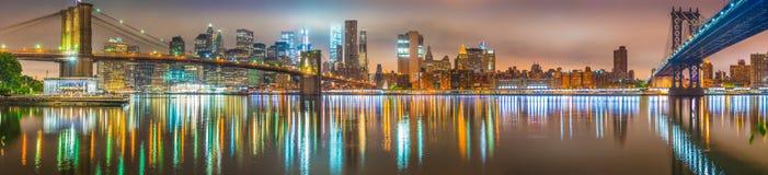 New York City aux ponts de nuit, de Brooklyn et de Manhattan Images libres de droits