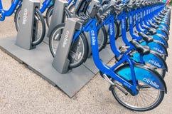 NEW YORK CITY: blåa CitiBikes uppställd i Manhattan Royaltyfri Bild