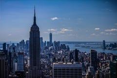 New York City - blaue Skyline, Empire State Building und World Trade Center NYC Manhattan stockfotografie