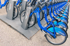 NEW YORK CITY: blauer CitiBikes ausgerichtet in Manhattan Lizenzfreies Stockbild