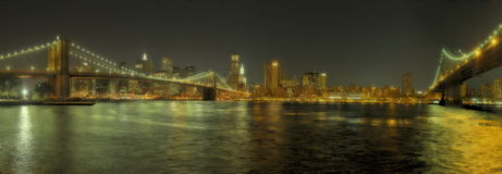 New York City Brookly et ponts de Manhattan par nuit Photographie stock libre de droits