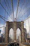New York City Brooklyn överbryggar, Manhattan med skyskrapor och c Royaltyfri Bild