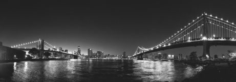 New York City Brooklyn et ponts de Manhattan par nuit Photo stock
