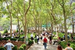 New York City Bryant Park - 19 de junio de 2017 - gente que camina y que se relaja en Bryant Park imágenes de archivo libres de regalías