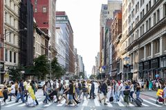 NEW YORK CITY - CERCA DE 2017: Multidões de caminhada ocupada dos povos através do th fotografia de stock