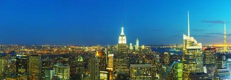 New York City cityscape i natten Fotografering för Bildbyråer