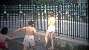 NEW YORK CITY - 1953: Crianças que jogam em uma piscina do público de New York City vídeos de arquivo