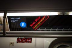 NEW YORK CITY - 25 décembre 2010 : Le train d'E avec le symbole arrêtent la station le 25 décembre 2010 à New York City, Etats-Un Images libres de droits