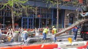 NEW YORK CITY - 20 DE ABRIL DE 2016: Los trabajadores de construcción colocan el cemento en 42o - la mejora directa sucede en cad almacen de metraje de vídeo