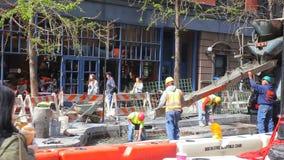 NEW YORK CITY - 20 DE ABRIL DE 2016: Los trabajadores de construcción colocan el cemento en 42o - la mejora directa sucede en cad metrajes