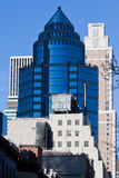 New York City de construction en verre bleu-foncé Photographie stock