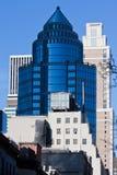 New York City de construction en verre bleu-foncé Photographie stock