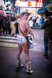 NEW YORK CITY - 25 de diciembre de 2010: Times Square con el individuo desnudo en Broadway en la noche, Manhattan el 25 de diciem Fotografía de archivo
