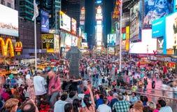 NEW YORK CITY - 12 DE JUNHO DE 2013: Ideia da noite de luzes do Times Square Fotografia de Stock