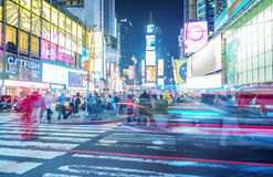 NEW YORK CITY - 12 DE JUNHO DE 2013: Ideia da noite de luzes do Times Square Imagens de Stock