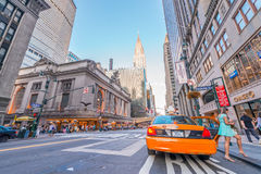 NEW YORK CITY - 8 DE JUNHO DE 2013: O táxi acelera ao longo da rua da cidade Imagem de Stock Royalty Free
