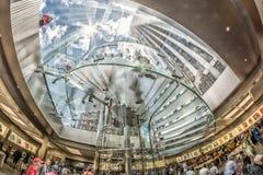 NEW YORK CITY - 12 DE JUNHO: Povos que visitam Apple Store no 5o Imagens de Stock
