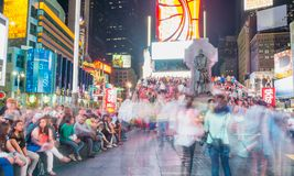 NEW YORK CITY - 15 DE JUNHO DE 2013: Turistas no Times Square na noite Foto de Stock