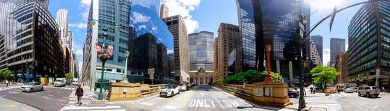 NEW YORK CITY - 15 de junho de 2018: Vista das ruas aglomeradas da cidade que olham da interseção da 5a avenida em Manhattan, New Imagem de Stock
