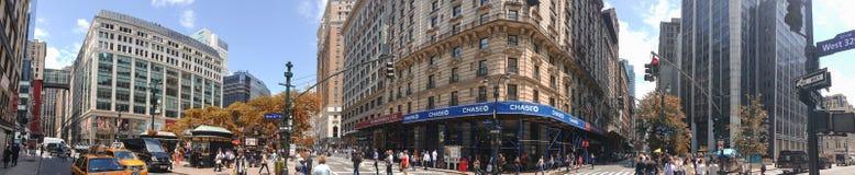 NEW YORK CITY - 14 DE JUNIO DE 2013: Turistas y locals en Greeley Sq Imagen de archivo