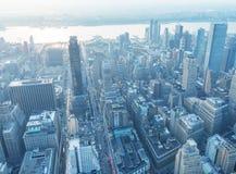 NEW YORK CITY - 9 DE JUNIO DE 2013: Opinión aérea de la noche del skysc del Midtown Fotos de archivo libres de regalías