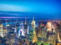 NEW YORK CITY - 9 DE JUNIO DE 2013: Opinión aérea de la noche del skysc del Midtown Imágenes de archivo libres de regalías