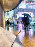 NEW YORK CITY - 8 DE JUNIO DE 2013: Paseo de los turistas en Times Square en a Foto de archivo