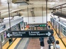 NEW YORK CITY - 13 DE JUNIO DE 2013: Turistas dentro de la estación de metro n Imagen de archivo libre de regalías