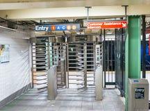 NEW YORK CITY - 13 DE JUNIO DE 2013: Turistas dentro de la estación de metro n Imagen de archivo
