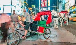 NEW YORK CITY - 15 DE JUNIO DE 2013: Turistas en Times Square en la noche Fotografía de archivo libre de regalías