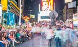 NEW YORK CITY - 15 DE JUNIO DE 2013: Turistas en Times Square en la noche Foto de archivo