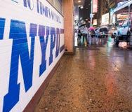 NEW YORK CITY - 22 DE MAIO: NYPD assinam dentro o Times Square. A New York Imagens de Stock