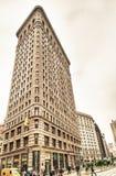 NEW YORK CITY - 23 DE MAIO: Táxi amarelo e ferro de passar roupa histórico Buildi Fotografia de Stock