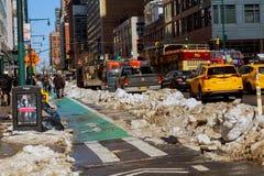 NEW YORK CITY - 16 de marzo de 2017: Calle y arenisca de color oscuro nevadas en Manhattan, New York City Foto de archivo